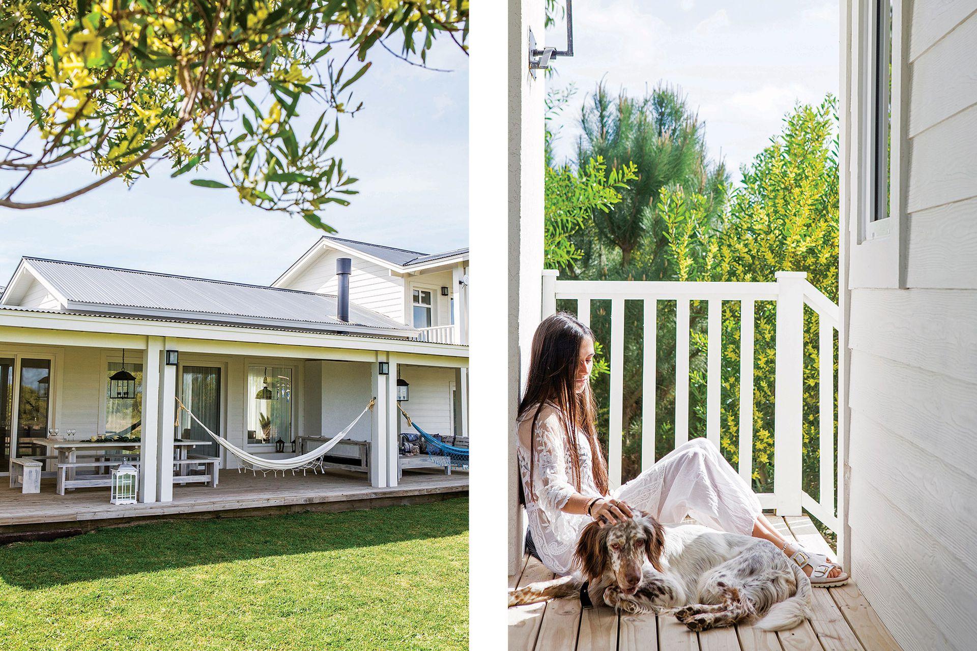 En su propia terraza, Ángeles se sienta a meditar o a hacer algunos movimientos de yoga.