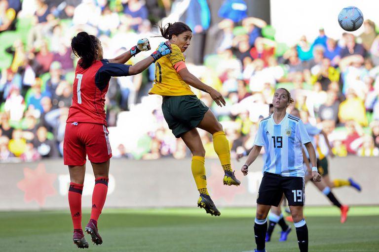 Vanina despeja un centro ante la presencia de una jugadora australiana, en la reciente Copa de las Naciones.