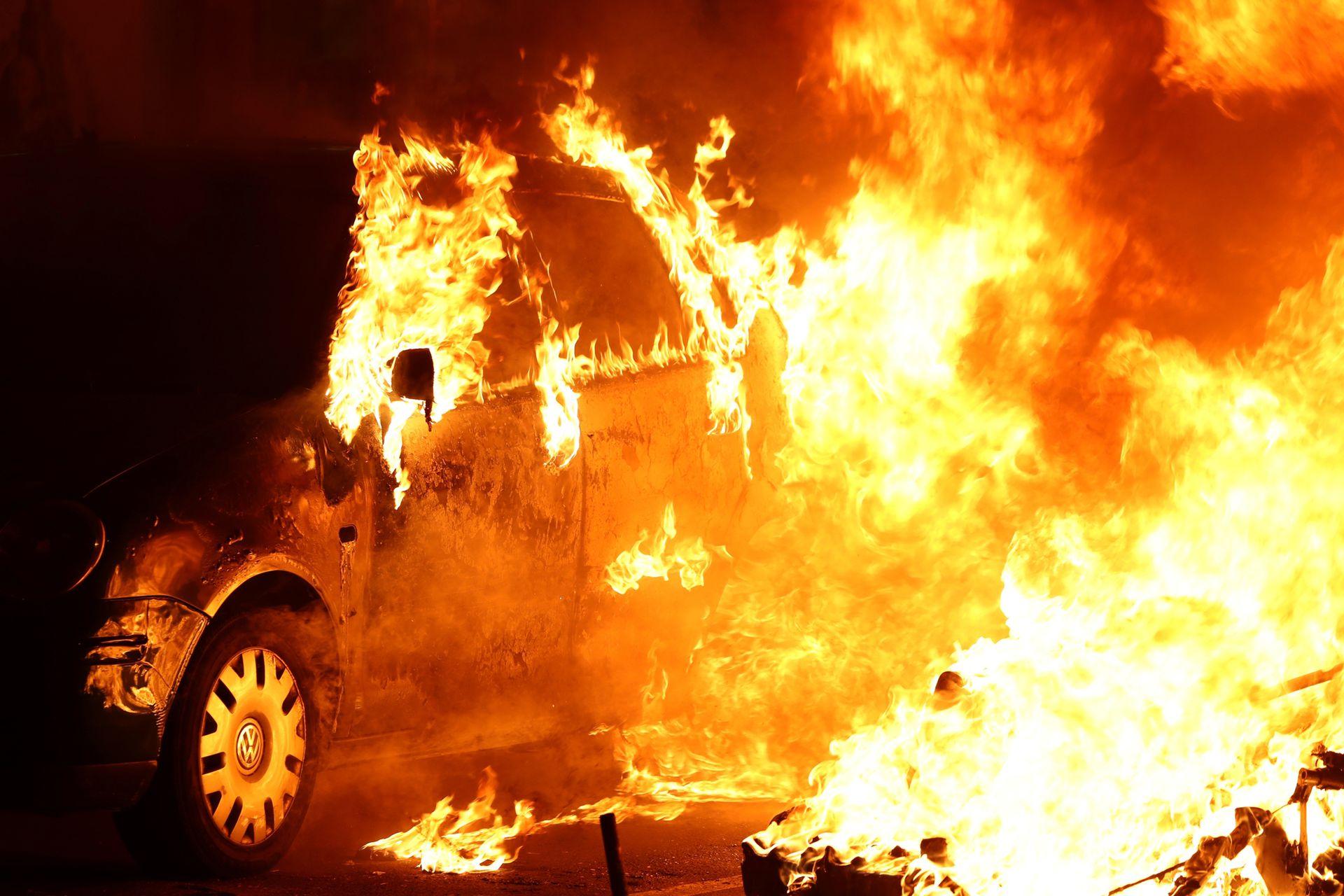 Varios autos fueron incendiados durante las protestas.