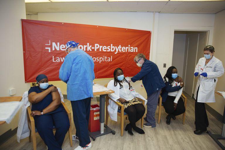 Nueva York y California exigirán la vacunación de todos sus empleados públicos