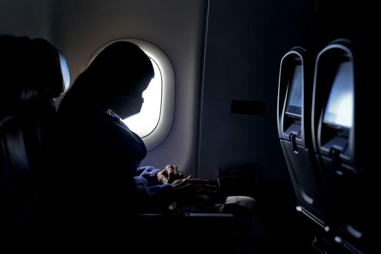 Un auxiliar de vuelo contó por qué jamás hay que usar pantalones cortos en el avión