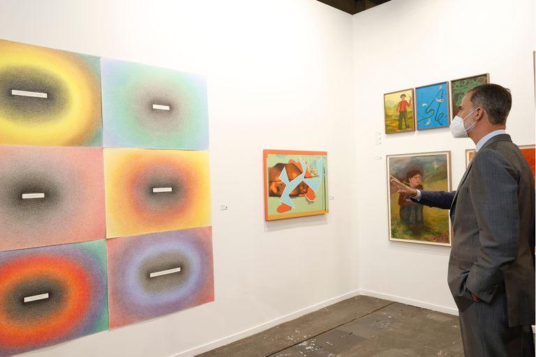El rey Felipe VI en el stand de la galería Rafael Ortiz contempla la obra de Imaculada Salinas
