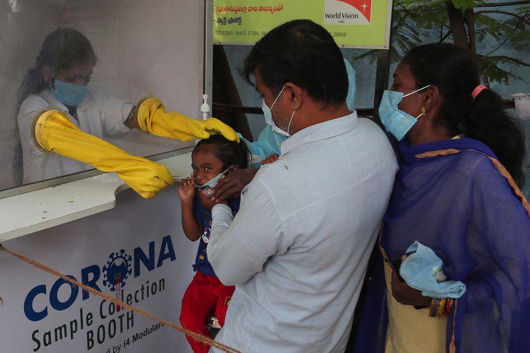 Un trabajador de la salud toma una muestra de hisopado nasal en un centro de pruebas de COVID-19 en Hyderabad, India, el viernes 23 de octubre de 2020.