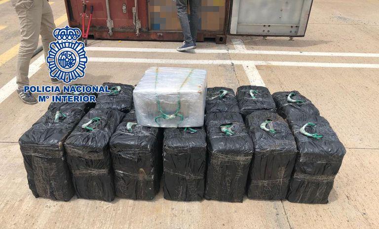 09-06-2021 Cocaína incautada en un contenedor en el puerto de Las Palmas.  La Agencia Tributaria, la Guardia Civil y la Policía Nacional han intervenido, en una operación conjunta, 450 kilos de cocaína ocultos en un contenedor que estaba en tránsito desde Brasil a España, siendo su primer puerto de entrada en España el de Las Palmas de Gran Canaria.  POLITICA ESPAÑA EUROPA ISLAS CANARIAS AUTONOMÍAS POLICÍA NACIONAL
