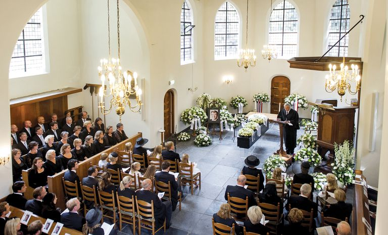 Antes de recibir sepultura se ofició un servicio religioso en una pequeña iglesia situada junto al castillo de Drakensteyn. Fue un acto reservado sólo a los familiares y a un reducido círculo de amigos.
