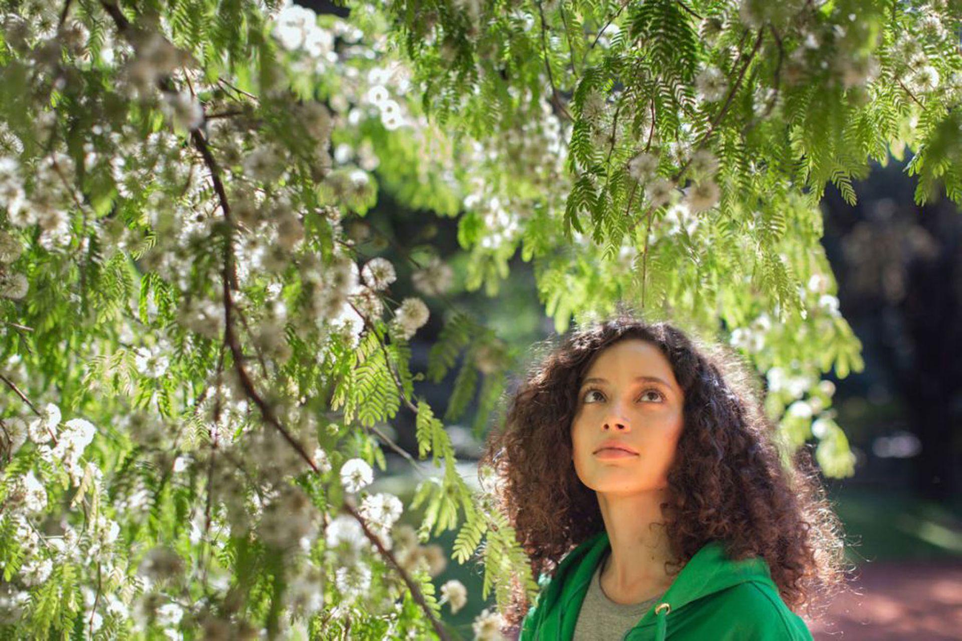 En Clorofilia, la actriz Ailín Salas lleva a los espectadores de la mano por el universo botánico y sus secretos, a través de una historia de ficción.