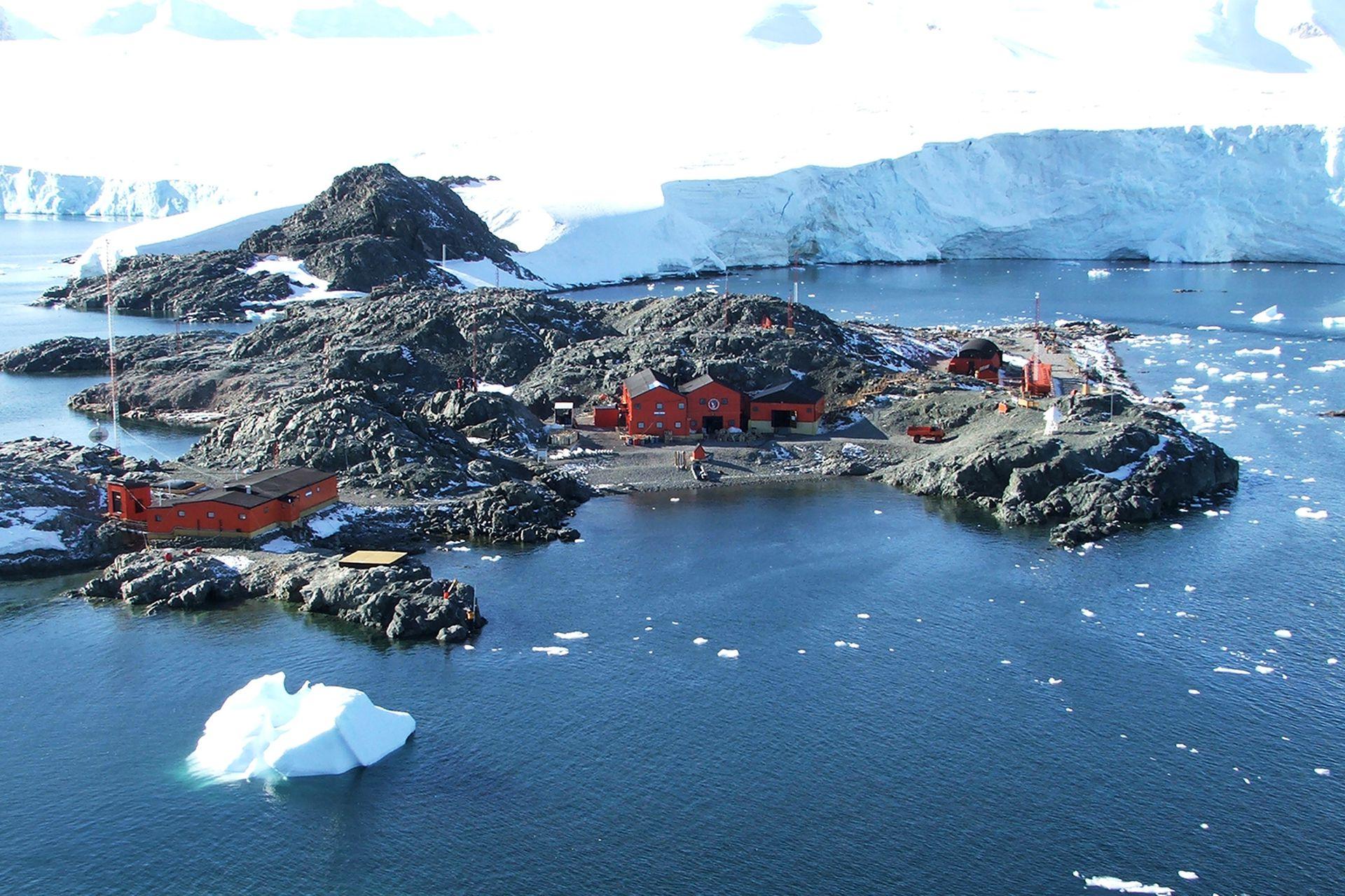 La Base San Martín se localiza en el islote Barry o San Martín del grupo de los islotes Debenham, en el paso Motteta de la costa Fallières, en la bahía Margarita de la península Antártica. Es la base más occidental de las bases argentinas