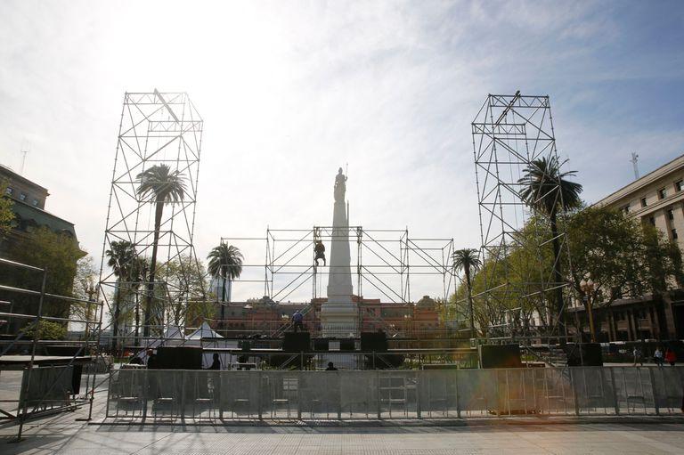 Armado del escenario en Plaza de Mayo