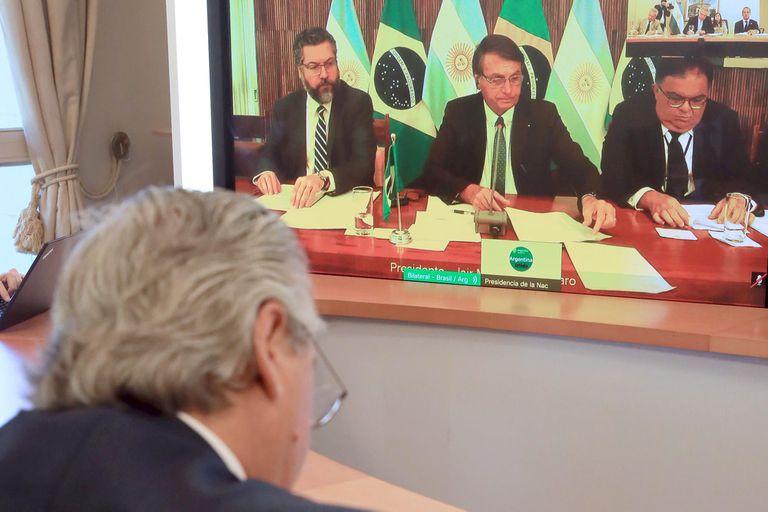 """El presidente Alberto Fernández llamó a dejar atrás """"las diferencias del pasado"""" en su primera conversación con el presidente de Brasil, Jair Bolsonaro"""