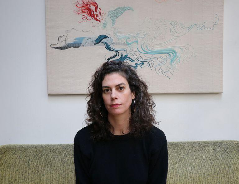 Guillermina Baiguera y su obra, que se exhibe en el Salón Nacional de Artes Visuales