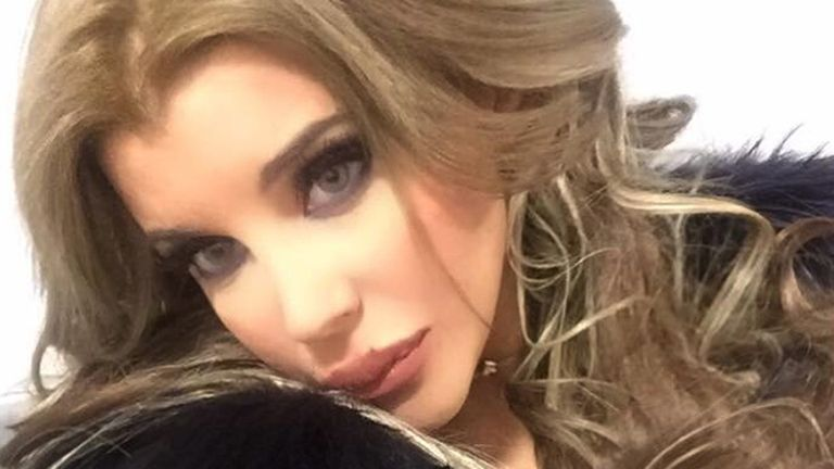 Charlotte, con nuevo look, se prepara para salir a la polémica pista de Tinelli