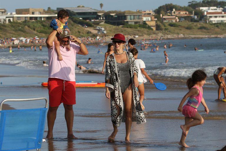 Lola Bezerra, su marido, y sus hijos: Benicio, de 1 año y medio, y Josefina, de 4