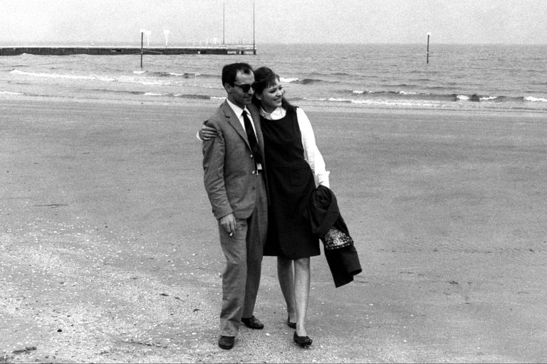 """Anna Karina, considerada """"la novia de la Nouvelle Vague"""", junto a su primer marido y el director que la convirtió en su musa: Jean-Luc Godard"""