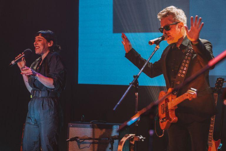 Juliana Gattas (invitada al show de Los Pericos en la previa del Cosquín Rock virtual) junto a Juanchi Baleirón