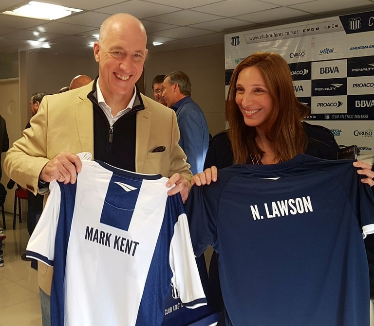 Mark Kent asistió con Noelia Lawson, cónsul en Córdoba, a un partido de Talleres.