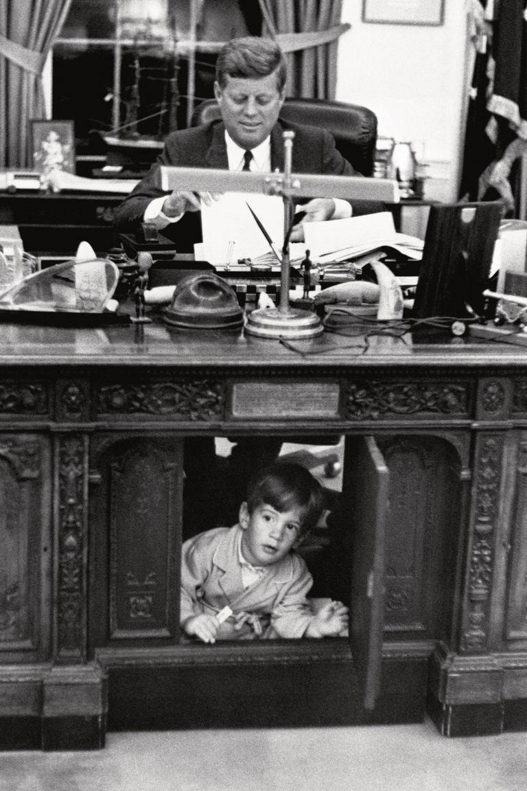 El 25 de mayo de 1962, John Kennedy Junior inspecciona el despacho de su padre en la White House.