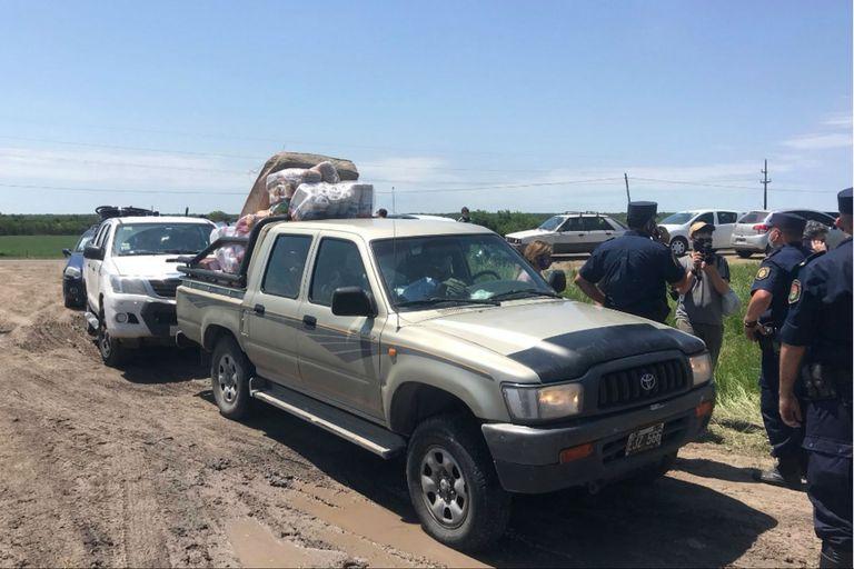 Los vehículos en la puerta de ingreso del establecimiento que Etchevehere denunció como tomado