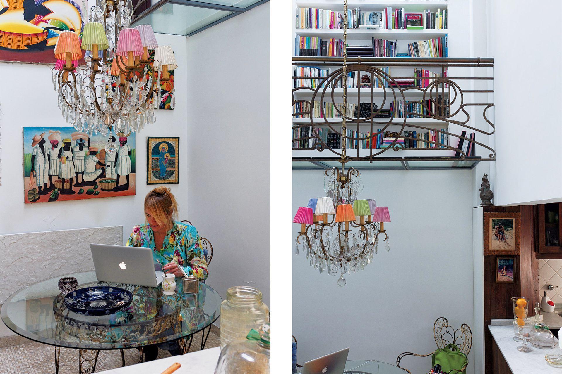 El hall donde está la mesa de vidrio es un espacio luminoso y uno de los rincones preferidos de la dueña de casa.