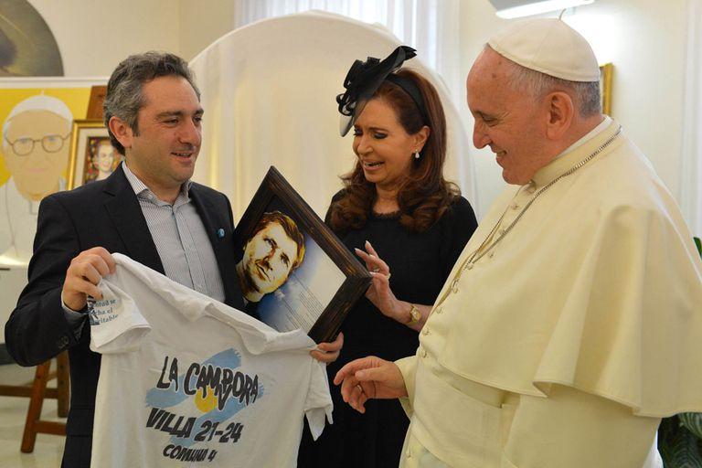 Andrés Larroque le regaló a Francisco una remera de La Cámpora