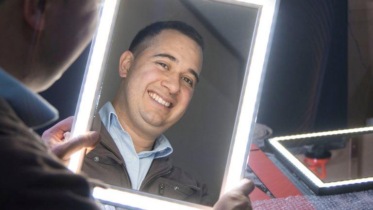 Matías Delfín se quedó sin trabajo y creó un innovador espejo con luces LED