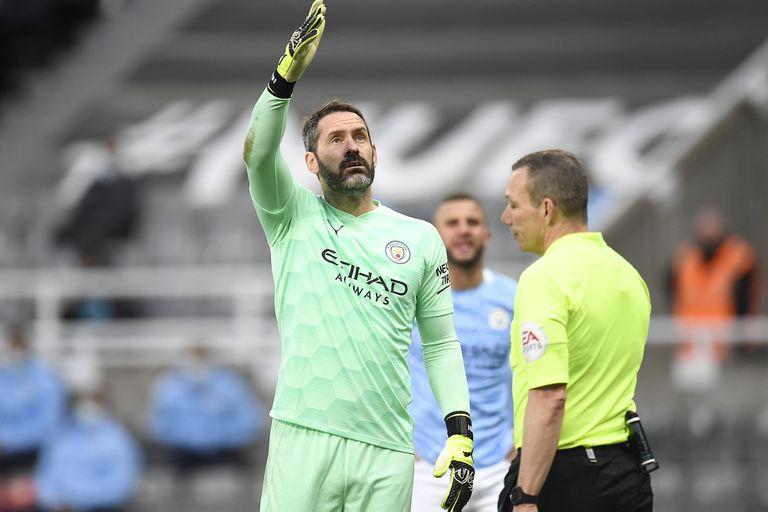 El arquero inglés de Manchester City, Scott Carson, debutó como titular en los Citizens a los 35 años