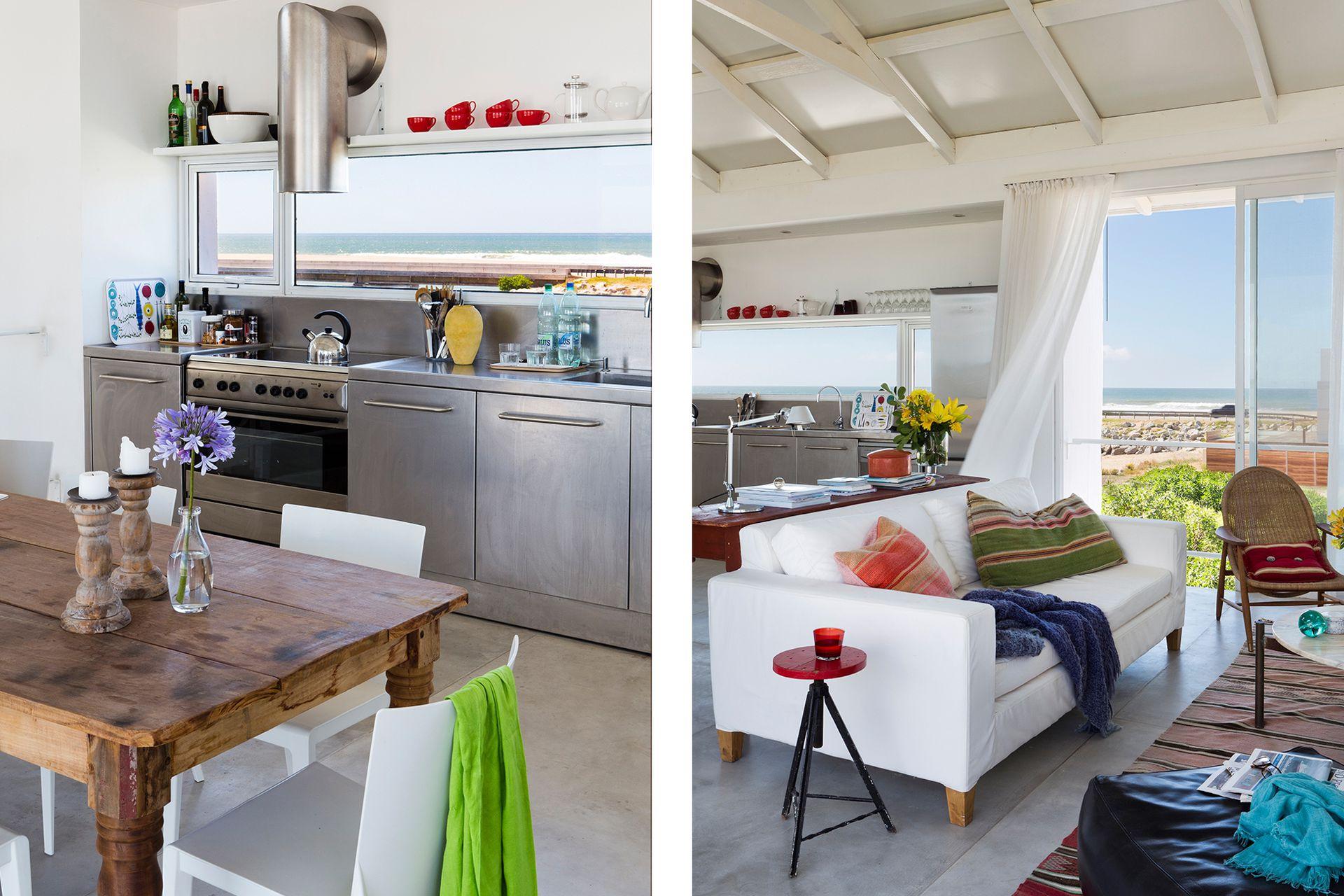 """La cocina tiene muebles de acero inoxidable y un paño fijo apaisado que enmarca el paisaje infinito del Atlántico. """"Es una ubicación genial: está sobre la laguna en un ángulo que mira de lleno a la puesta de sol""""."""