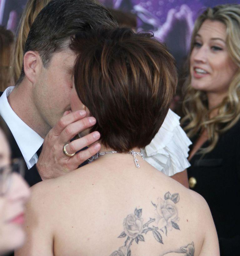 ¡Captados por la cámara! Colin Jost besando a su novia en su gran noche