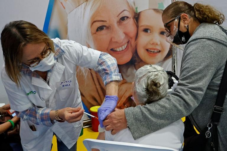 Una trabajadora de la salud israelí administra una dosis de la vacuna Pfizer en la ciudad central israelí de Hod Hasharon