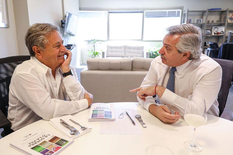 """En el Gobierno dialogan con el expresidente Eduardo Duhalde sobre su propuesta de """"renta definitiva"""""""