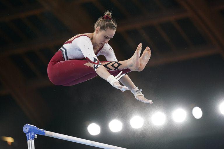La gimnasta Sarah Voss, de Alemania, en las barras asimétricas durante los Juegos Olímpicos de Tokio 2020.