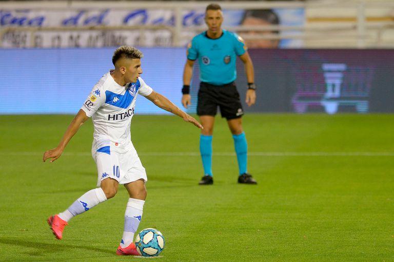 Thiago Almada, en acción con la camiseta de Vélez: para volver a jugar tendrá que esperar a que se resuelva su situación judicial, ya que el club lo separó del plantel profesional.
