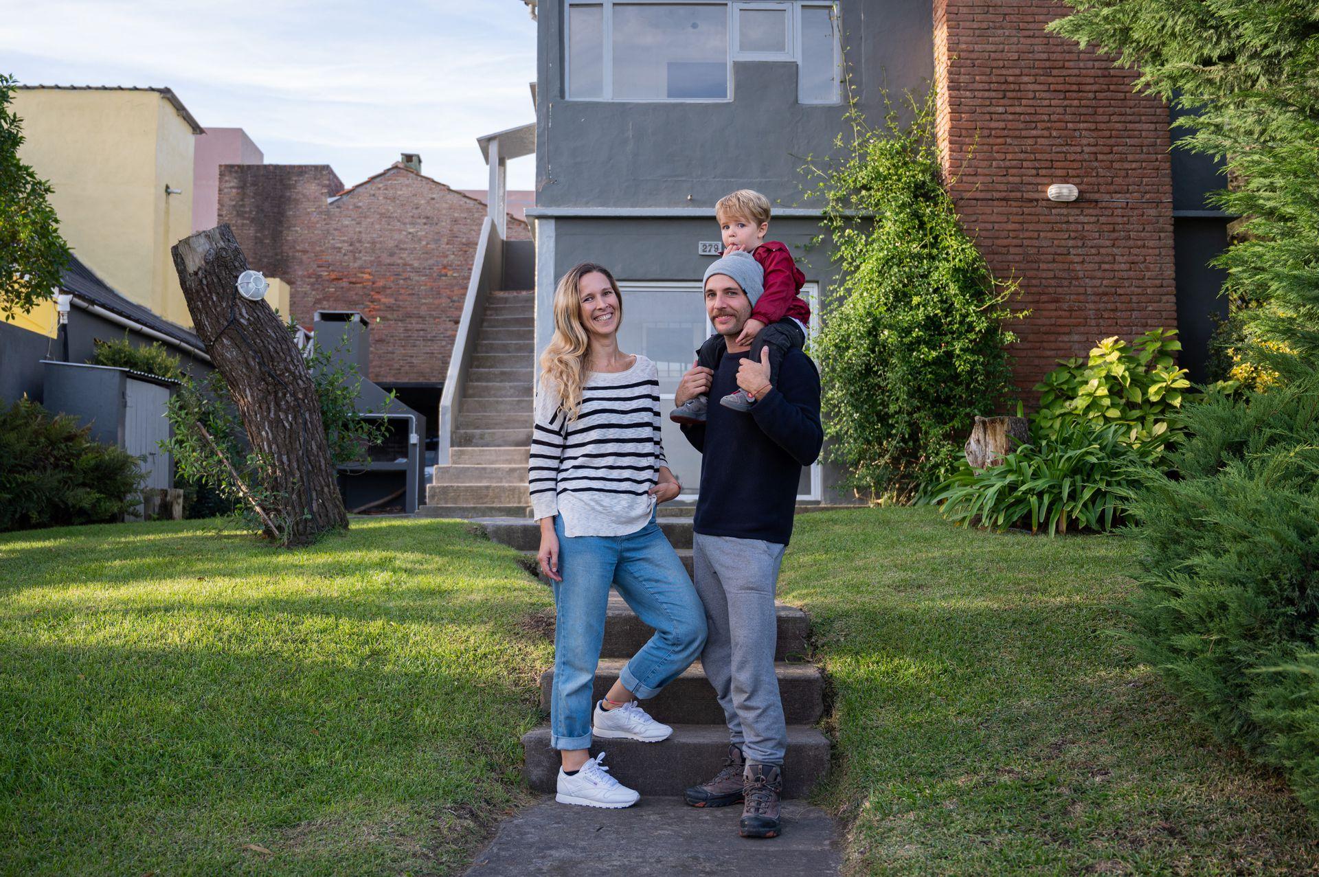 Joy Schvindlerman y su novio, Lucas Lucente, ambos de 37 años, frente a la casa que alquilaron en Ostende