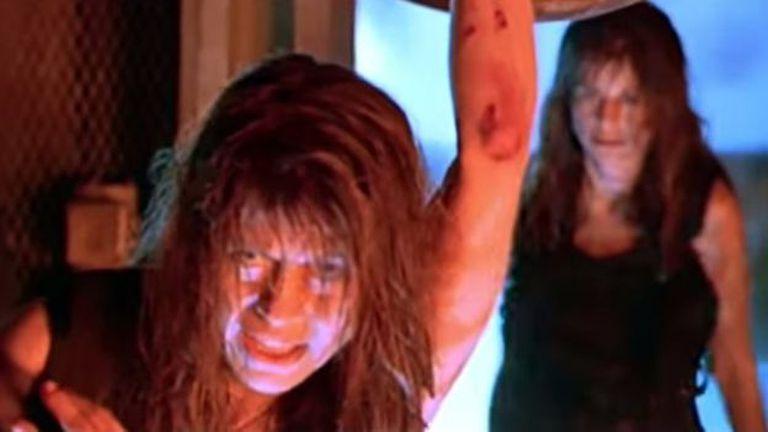 Linda Hamilton y su hermana, en una escena de Terminator