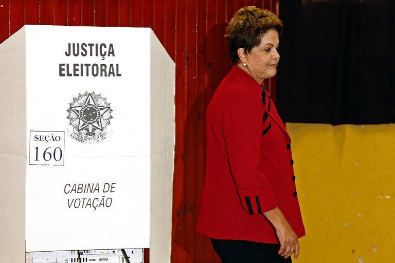 Dilma emitió su voto y se prepara para la larga jornada  electoral hasta que estén listos los resultados finales