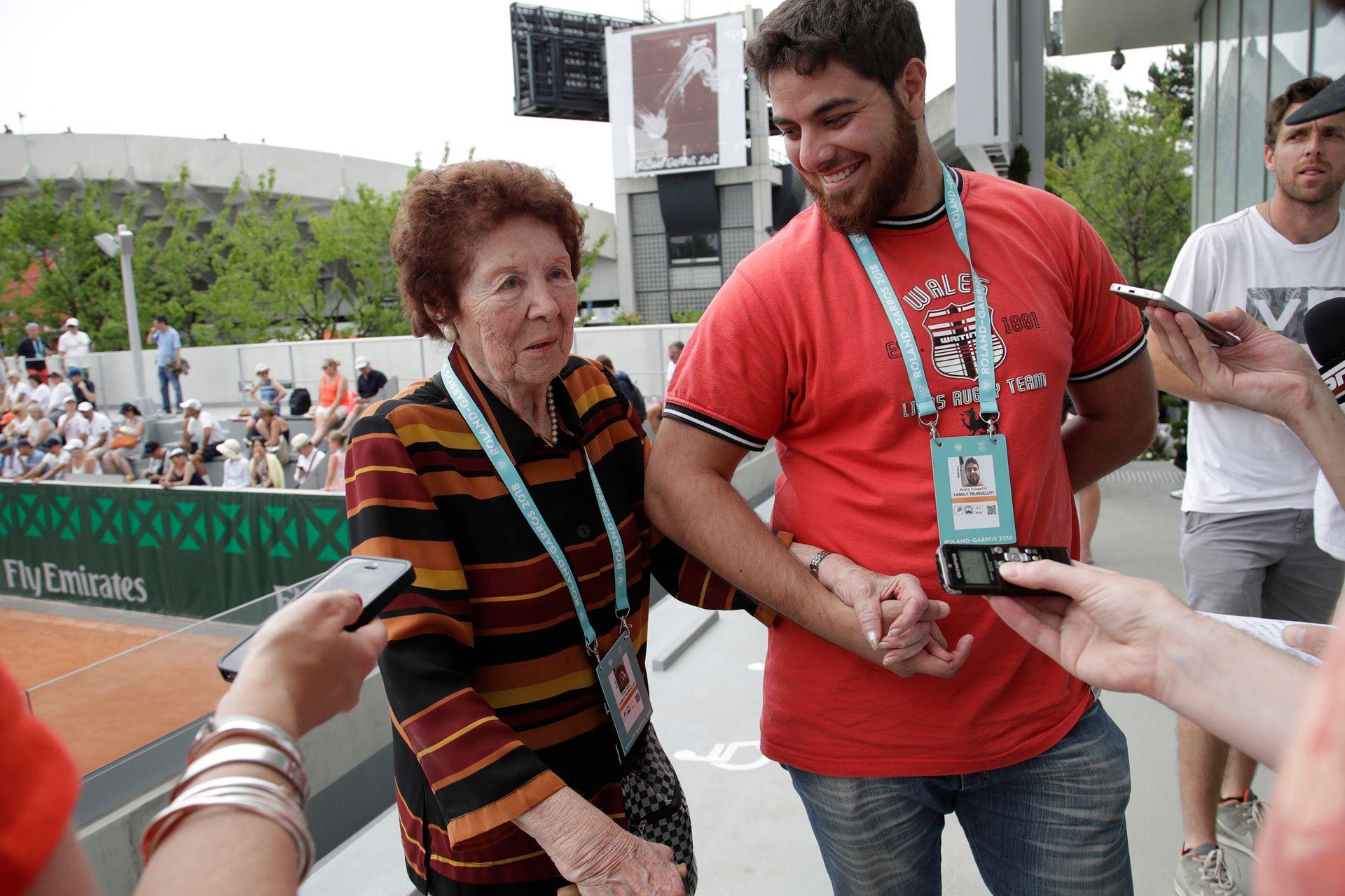 La abuela y el hermano de Trungelliti, estrellas entrevistadas por la prensa internacional en Roland Garros