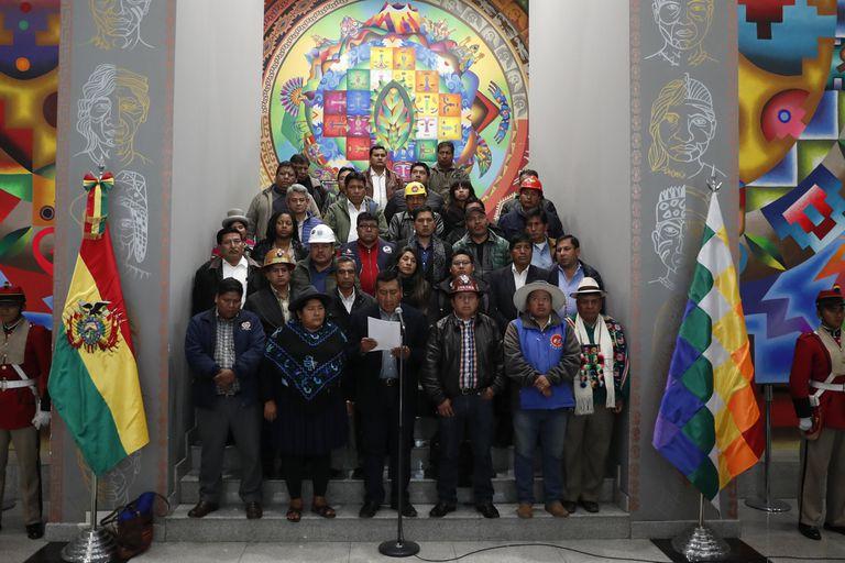 Un grupo de líderes sociales y sindicales de Bolivia leyó ayer un documento en el que respaldó a Evo Morales