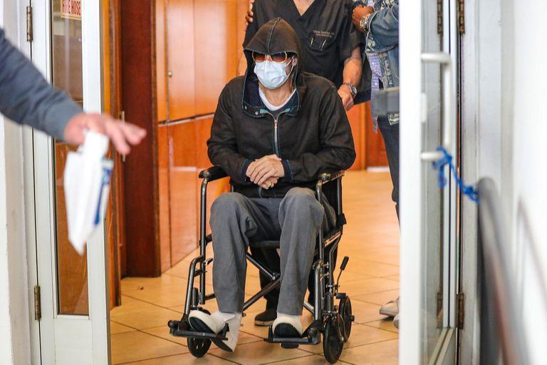 El reconocido actor fue fotografiado saliendo, en silla de ruedas, de un centro médico en Beverly Hills