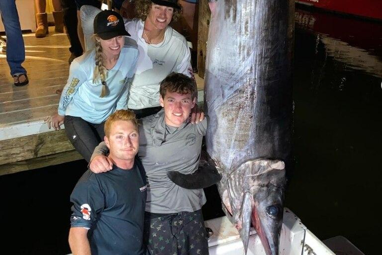 Cuatro jóvenes pescadores capturaron un pez espada de casi 350 kilos en Florida (Instagram)