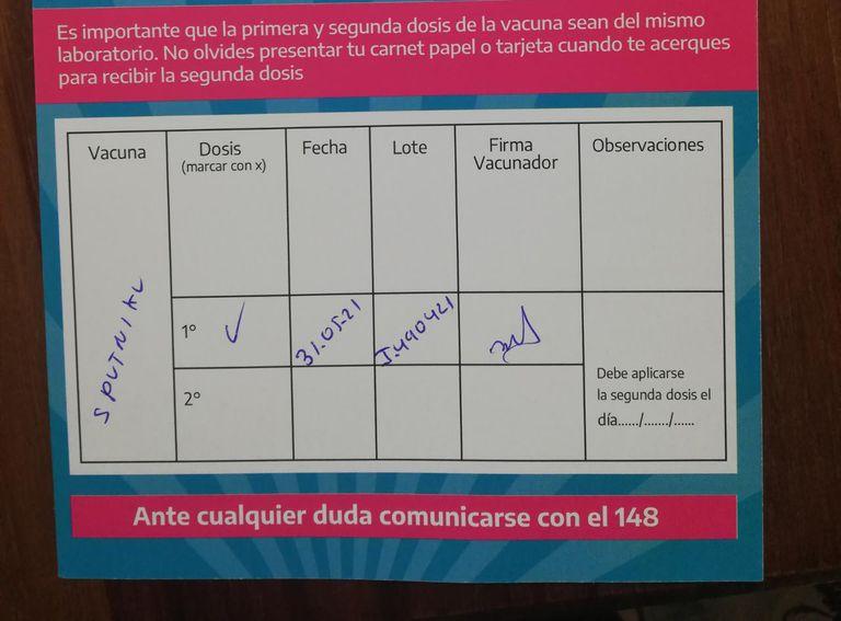 El carnet de uno de los vacunados que acercó su denuncia al equipo de La Cornisa.