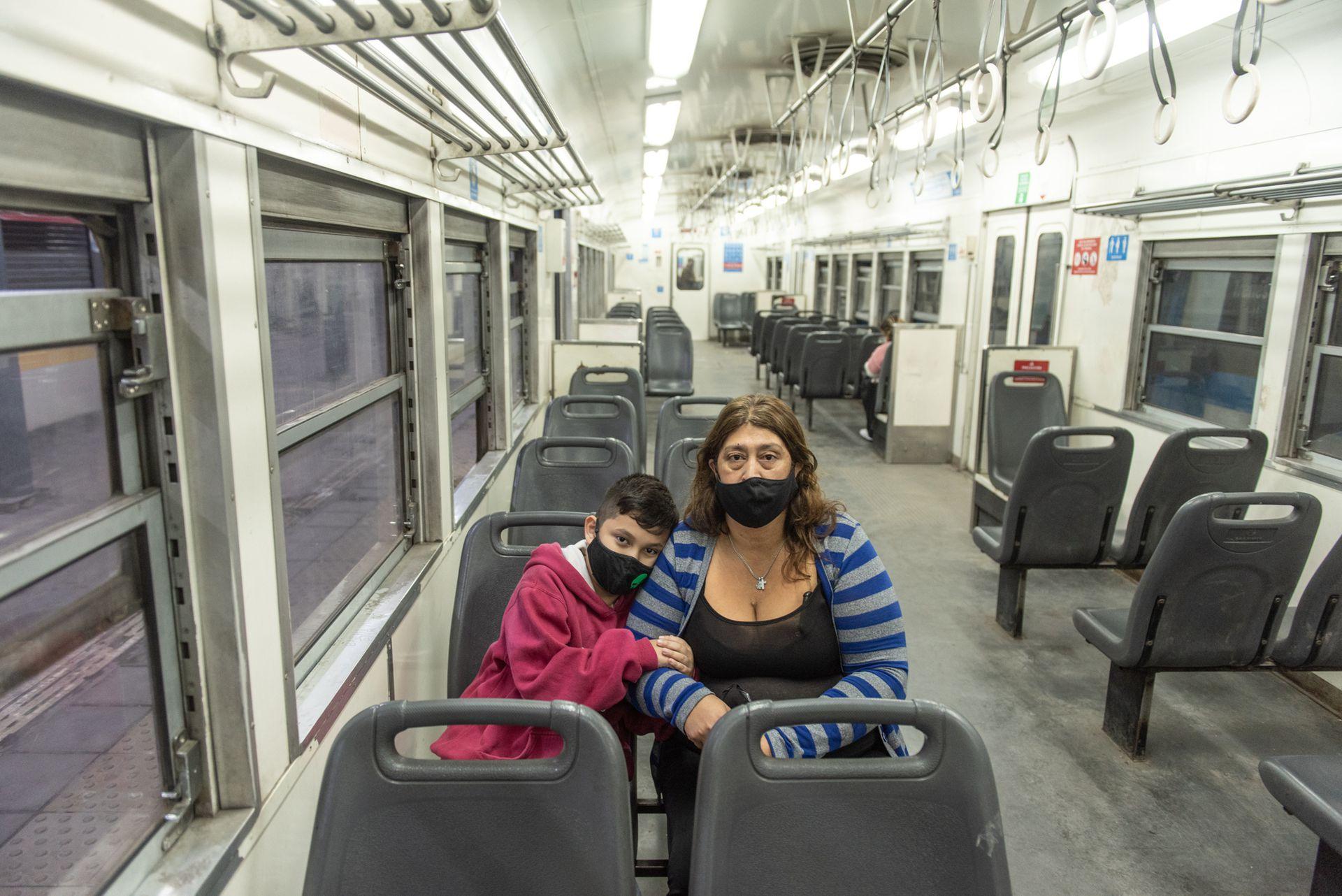 Sandra y Oliver se toman el tren Roca desde Ezeiza hasta Constitución todas las mañanas para que el asista a la escuela y ella al trabajo