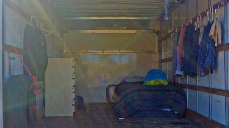 El interior del camión donde vive
