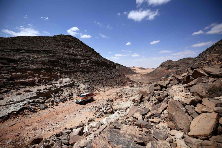 La camioneta de los organizadores recorre los terrenos por donde andarán los corredores en el Dakar.