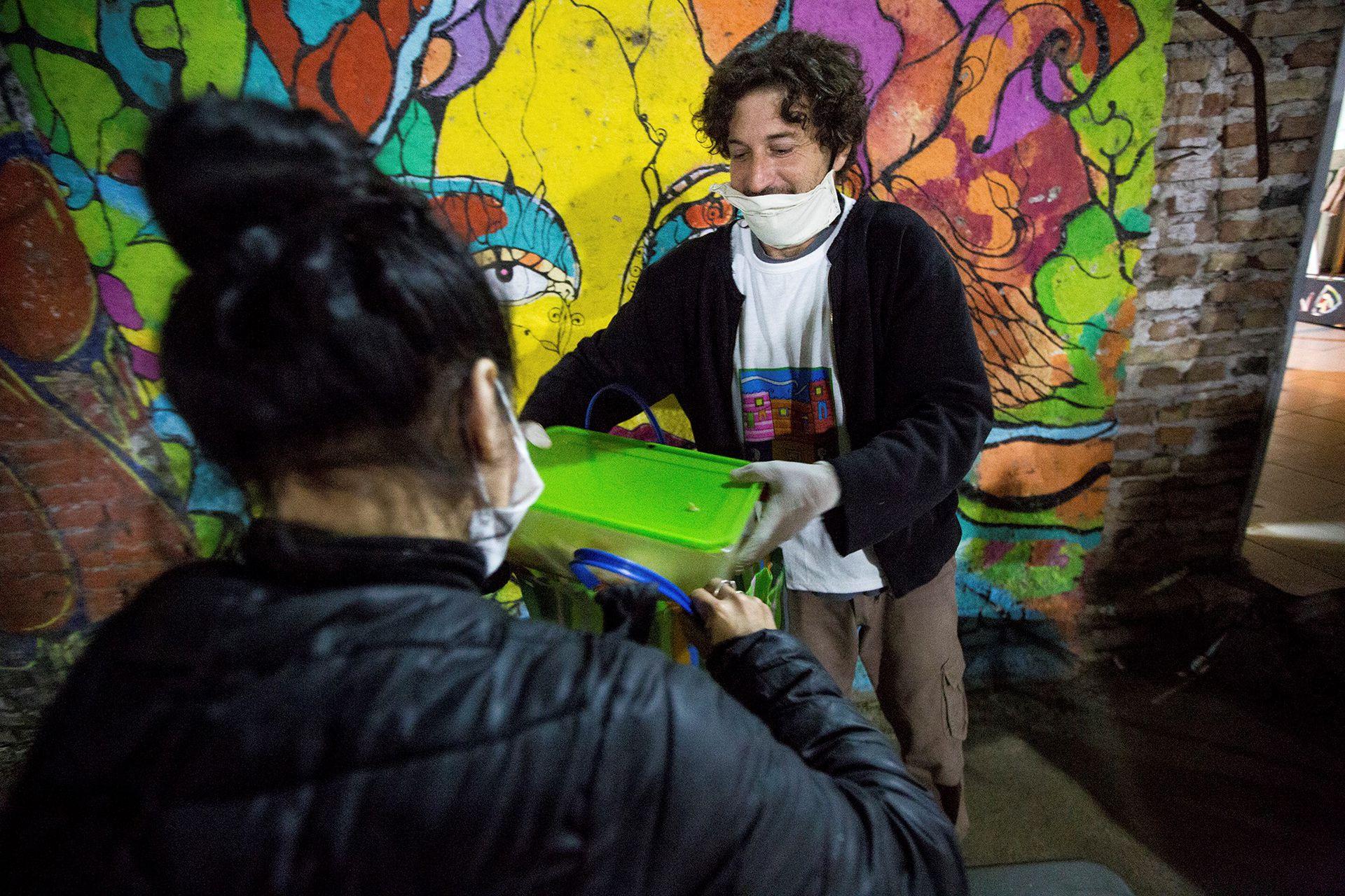 Fotógrafo y artesano, con la pandemia Pablo Armando debe asistir al merendero de Casa San, en donde también colabora