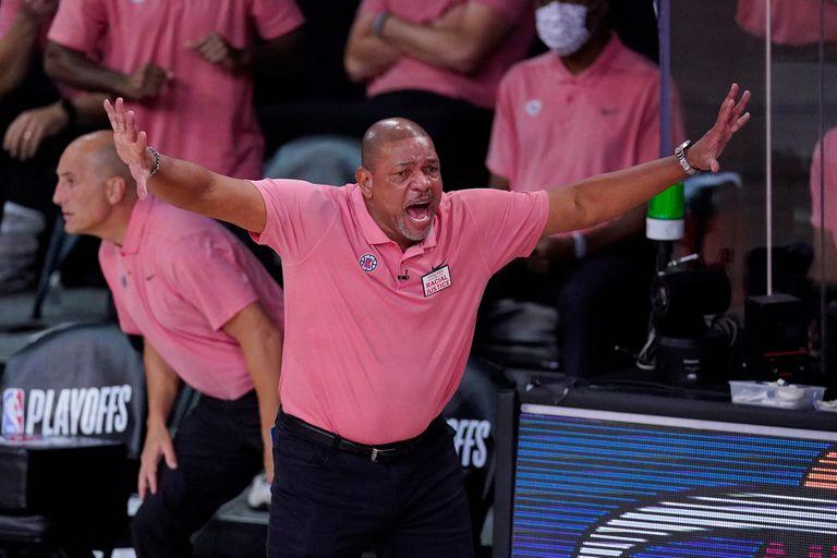 El entrenador en jefe de Los Angeles Clippers, Doc Rivers, durante la primera mitad de un partido de baloncesto de semifinales de la conferencia de la NBA contra los Denver Nuggets, el martes 15 de septiembre de 2020, en Lake Buena Vista, Florida