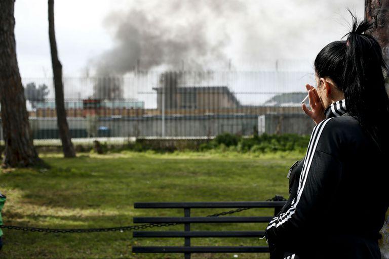 El humo asoma sobre la cárcel de Rebibbia