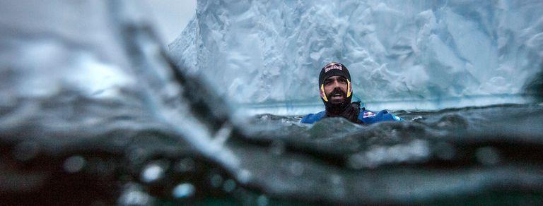 Riesgo Guinnes. Saltó en la Antártida desde un iceberg de 25 metros de altura