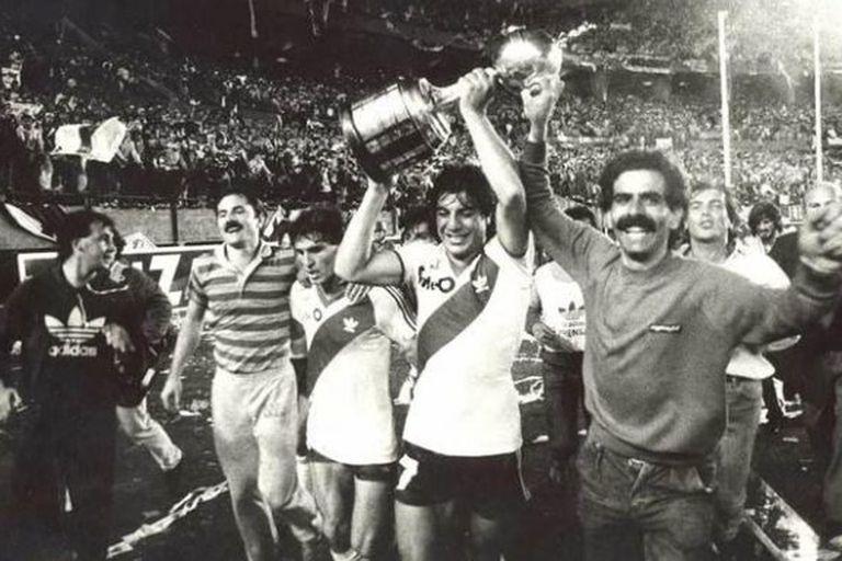 River consigue su primera Copa Libertadores, en 1986. Funes, la figura de la final, lleva el trofeo.