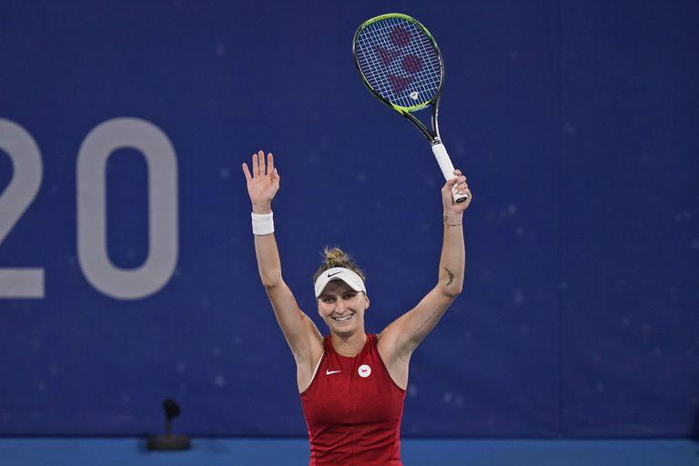 Brazos en alto para Marketa Vondrousova, de la República Checa, que dio otra sorpresa en el tenis olímpico femenino