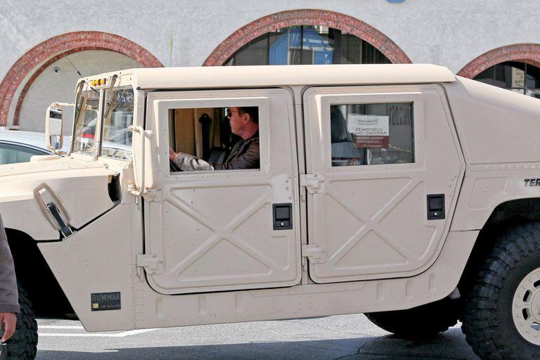En una de sus Hummer customizadas