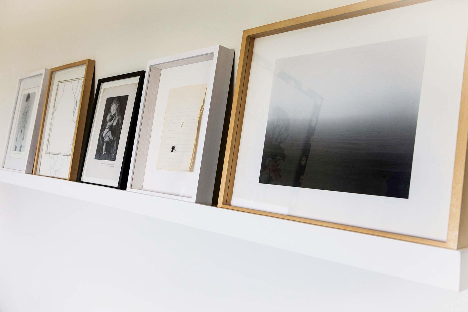 El estante con zócalo al frente da apoyo a varias obras, lo que permite rotarlas y alternar composiciones sin tener que agujerear las paredes.